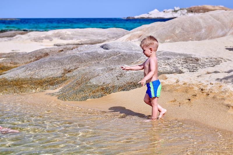 Garçon d'enfant en bas âge sur la plage photos libres de droits