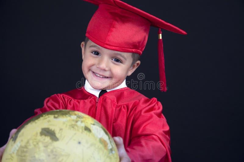 Garçon d'obtention du diplôme photographie stock