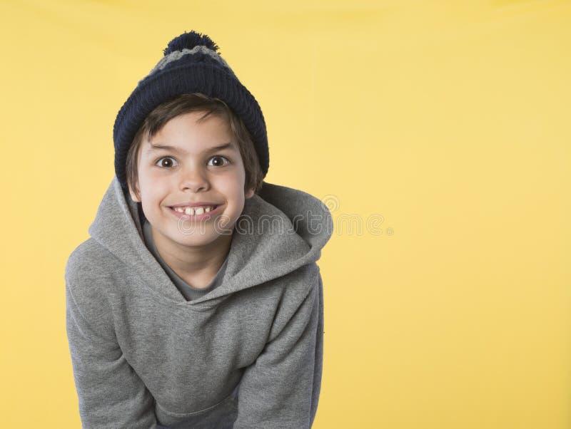 Garçon d'une chevelure de Brown petit avec le grand sourire images libres de droits