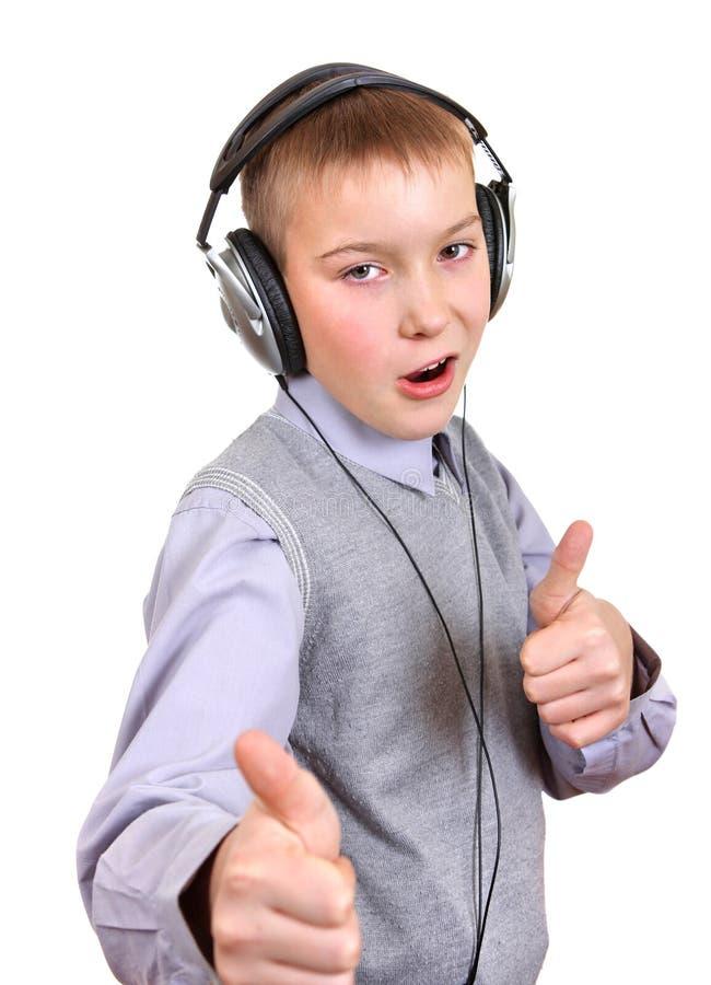Garçon dans des écouteurs image stock