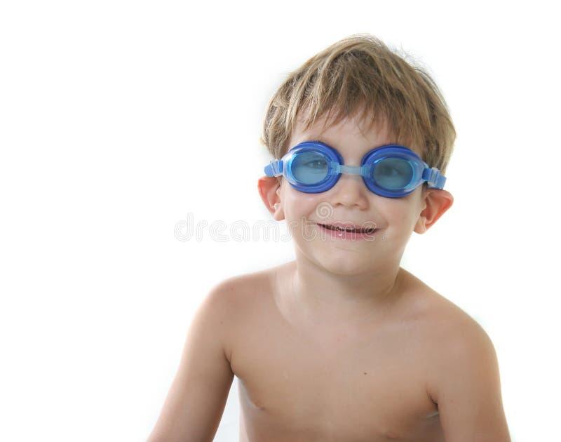 Garçon dans des lunettes de plongée au-dessus de blanc photographie stock