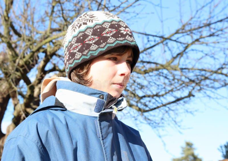 Garçon dans des vêtements de l'hiver images libres de droits