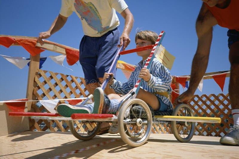 Garçon dans l'aller-chariot photos stock