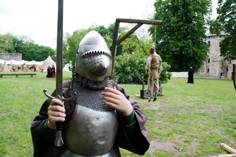 Garçon dans l'armure de chevalier photos stock
