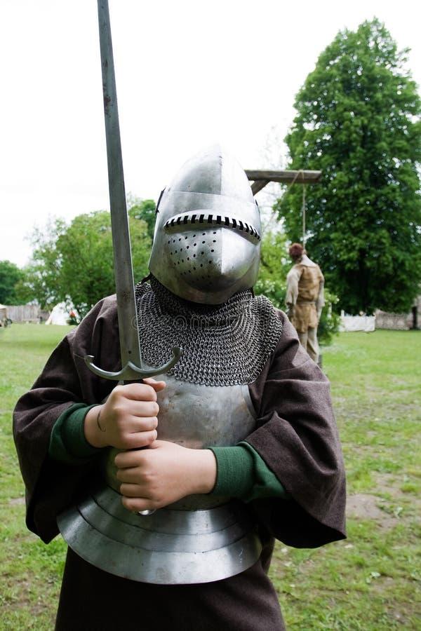 Garçon dans l'armure de chevalier photographie stock