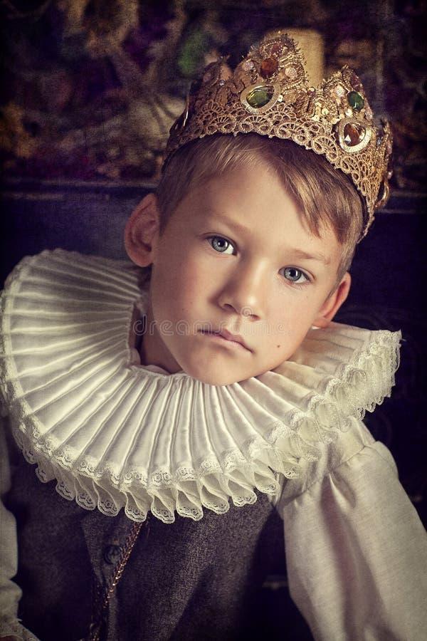 Garçon dans la couronne photos stock