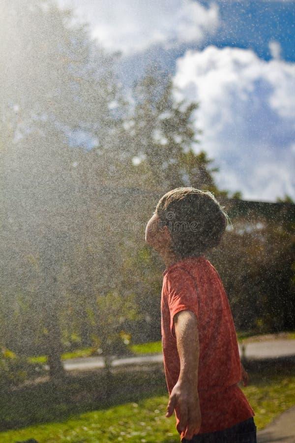Garçon dans la fontaine d'eau images libres de droits