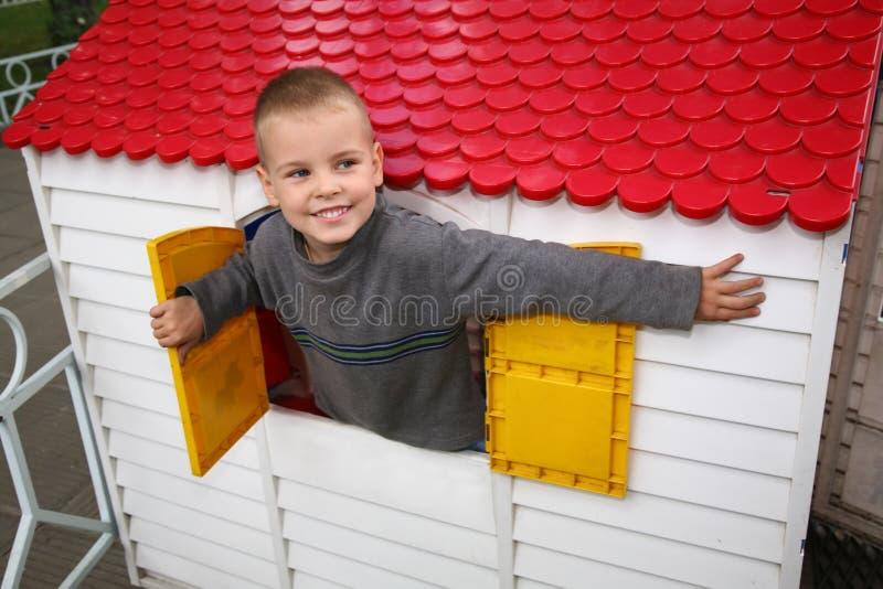 Garçon dans la maison de jouet photo libre de droits