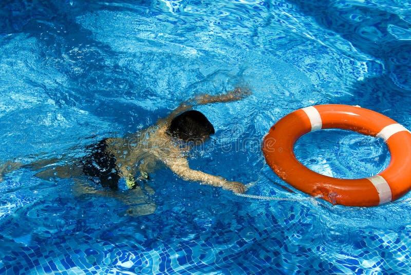 Garçon dans la piscine photo libre de droits