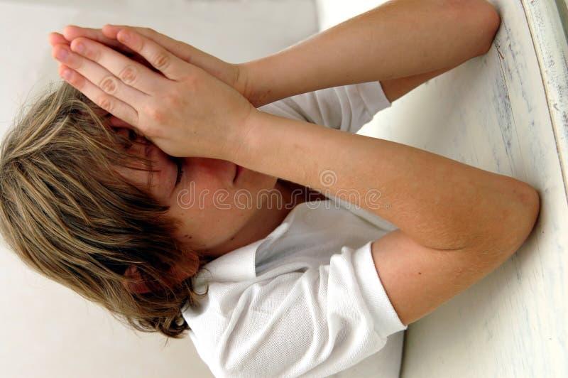 Garçon dans la prière photo libre de droits