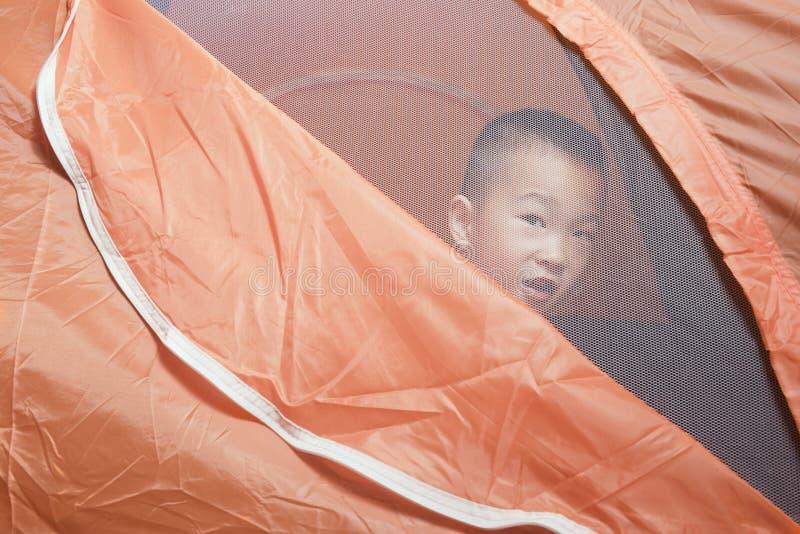 Garçon dans la tente image stock