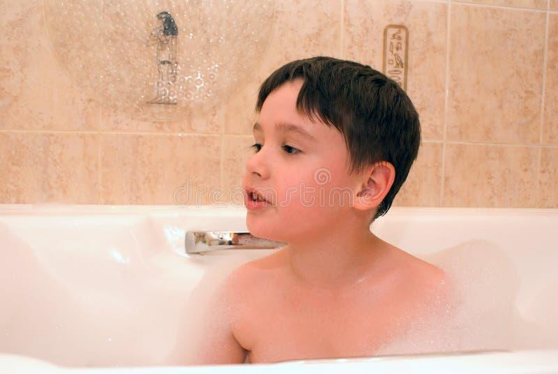 Garçon dans le bain avec de la mousse photo libre de droits