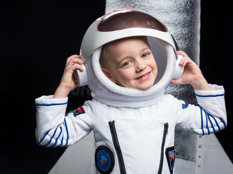 Garçon dans le costume d'astronaute photos stock