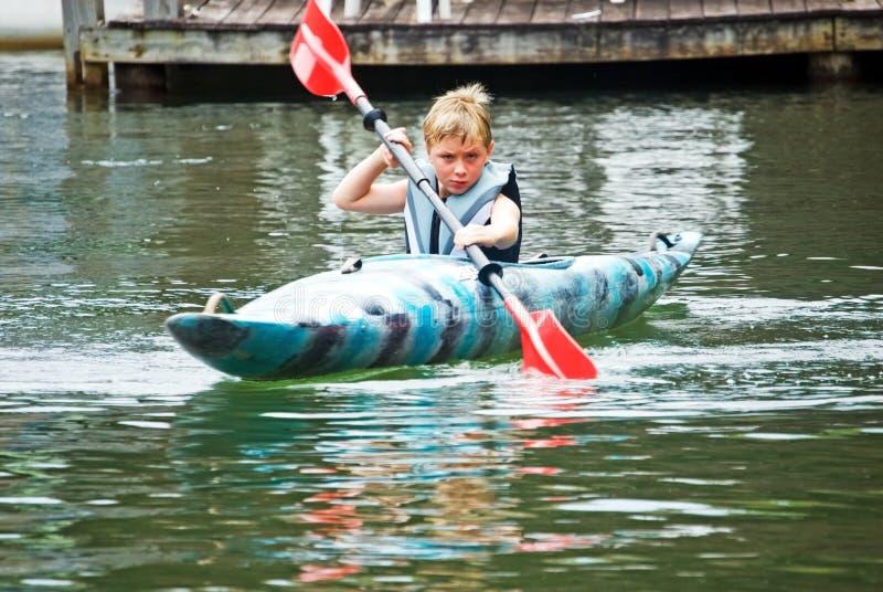 Garçon dans le kayak/concentration photos libres de droits