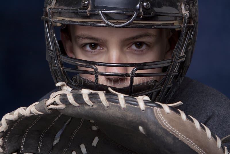 Garçon dans le masque du gant de baseball avec le gant photographie stock
