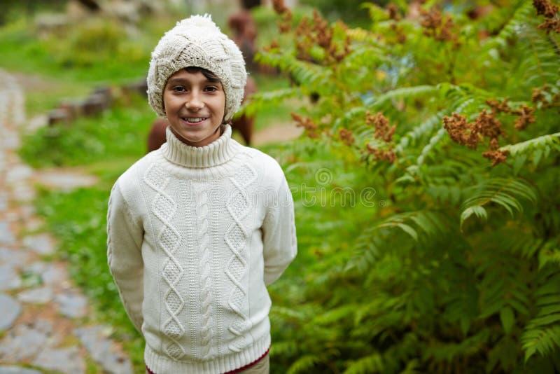 Garçon dans les tricots photographie stock
