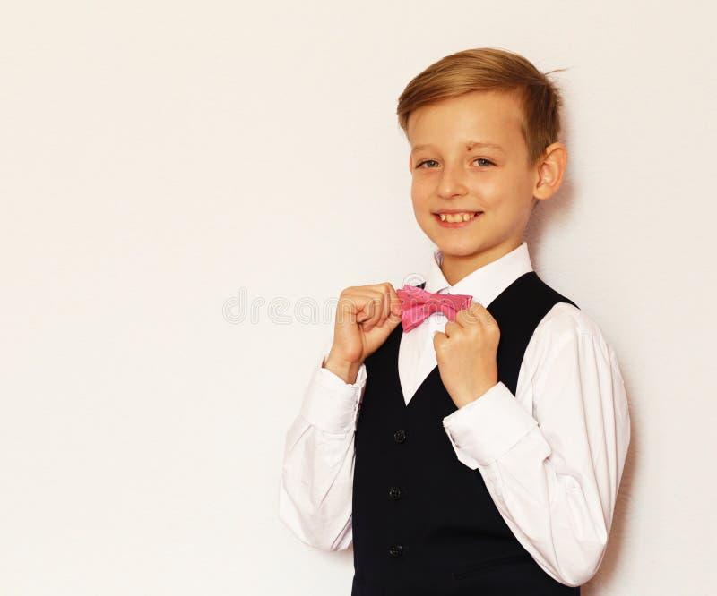Garçon dans un costume classique avec un noeud papillon image libre de droits