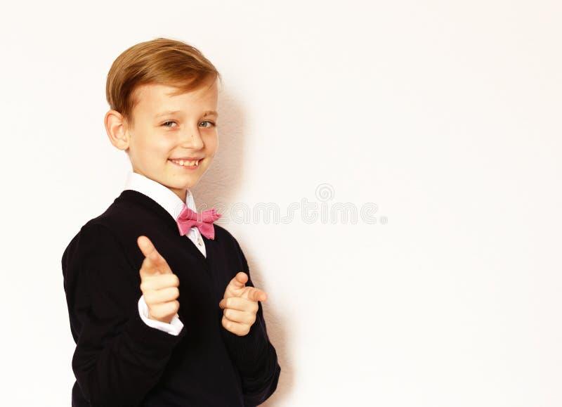 Garçon dans un costume classique avec un noeud papillon photographie stock libre de droits