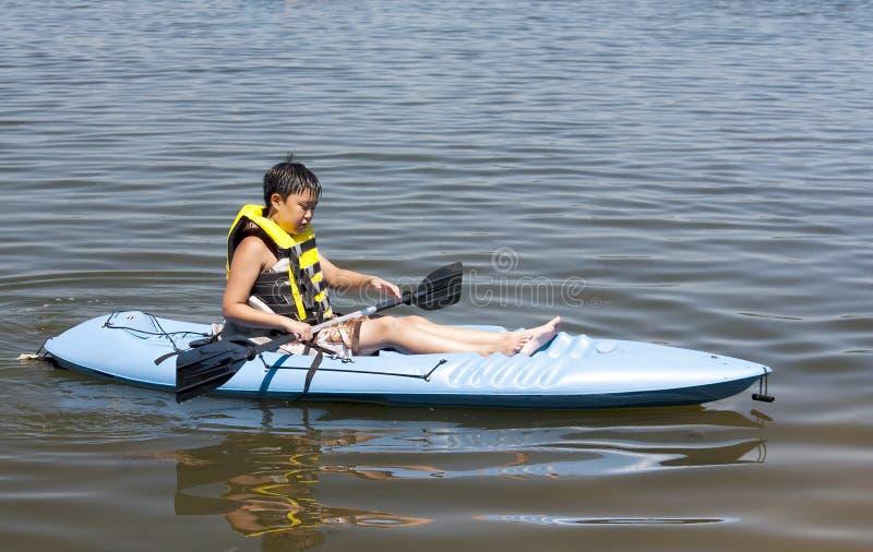 Garçon dans un kayak images stock