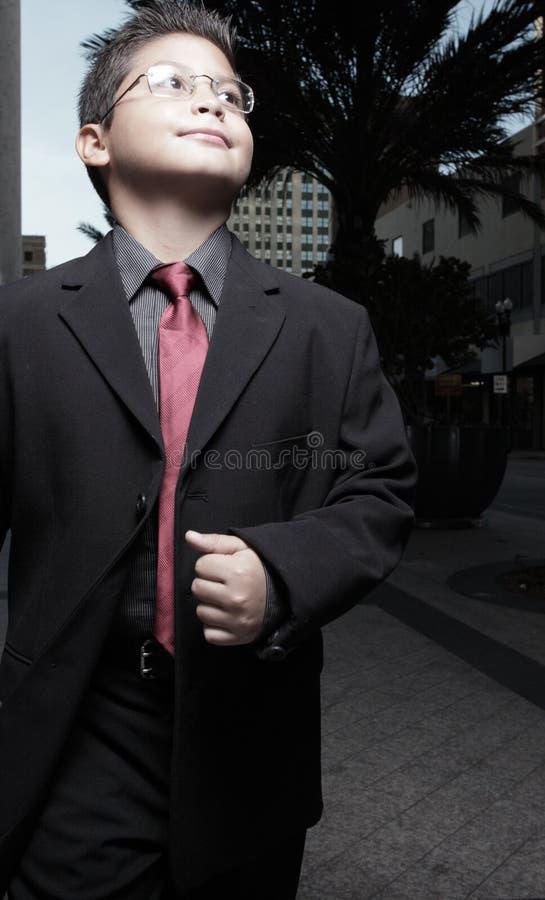 Garçon dans un procès image stock