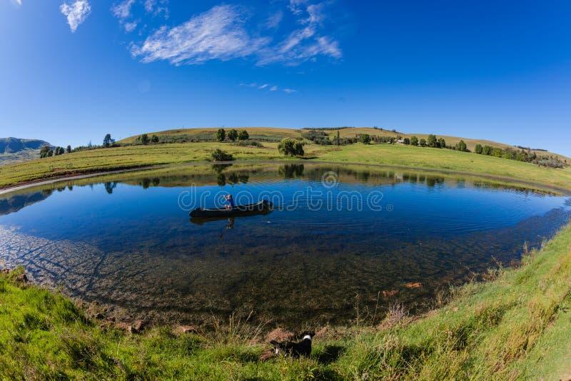 Garçon de canoë de lac mountain image libre de droits