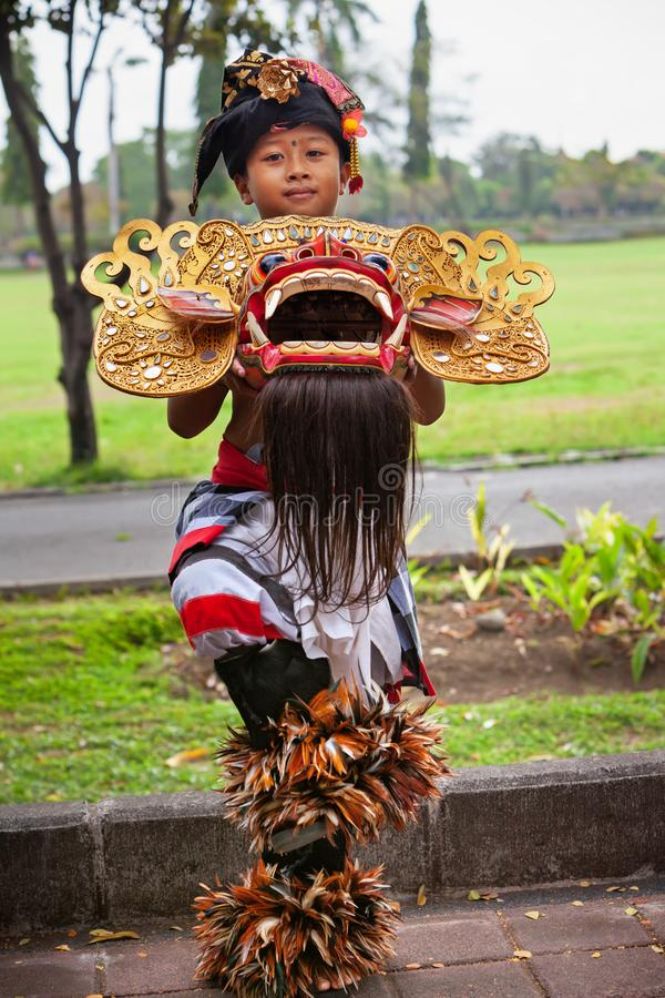 Garçon de danseur avec le masque traditionnel du bon esprit Barong de Balinese photo libre de droits