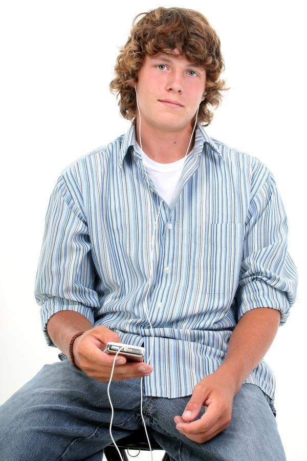 Garçon de l'adolescence attirant de seize ans écoutant des écouteurs photos stock