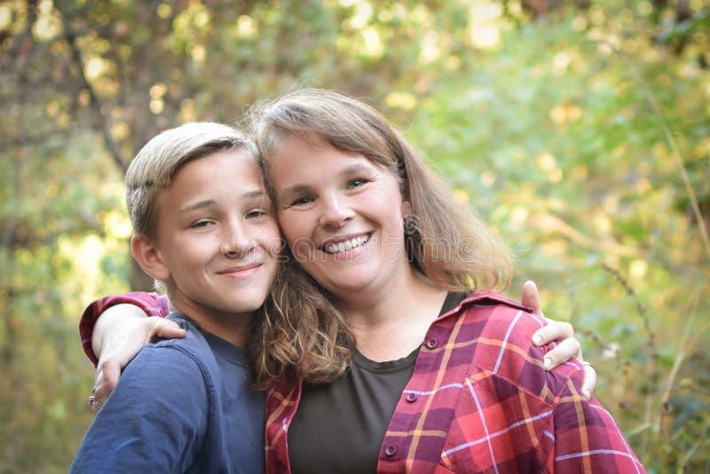 Garçon de l'adolescence avec la mère photographie stock libre de droits