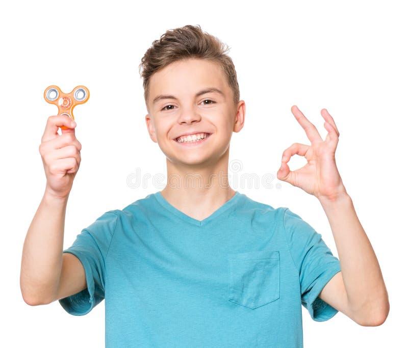 Garçon de l'adolescence avec le jouet de fileur photo stock