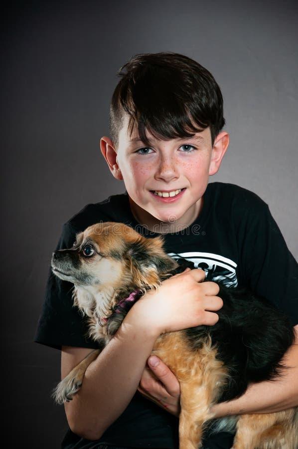 Garçon de l'adolescence beau avec son chien images stock