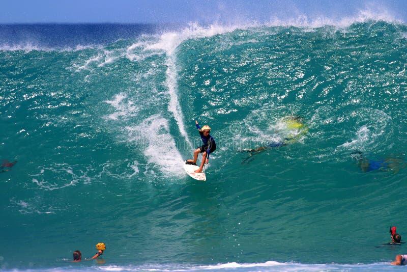 Garçon de l'adolescence de vague déferlante, surfant une grande onde en Hawaï photo stock