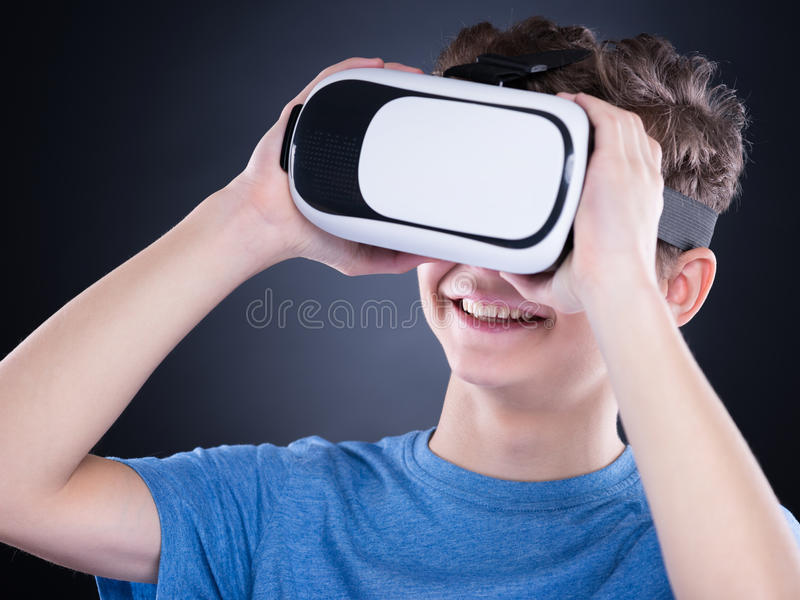 Garçon de l'adolescence en verres de VR photographie stock