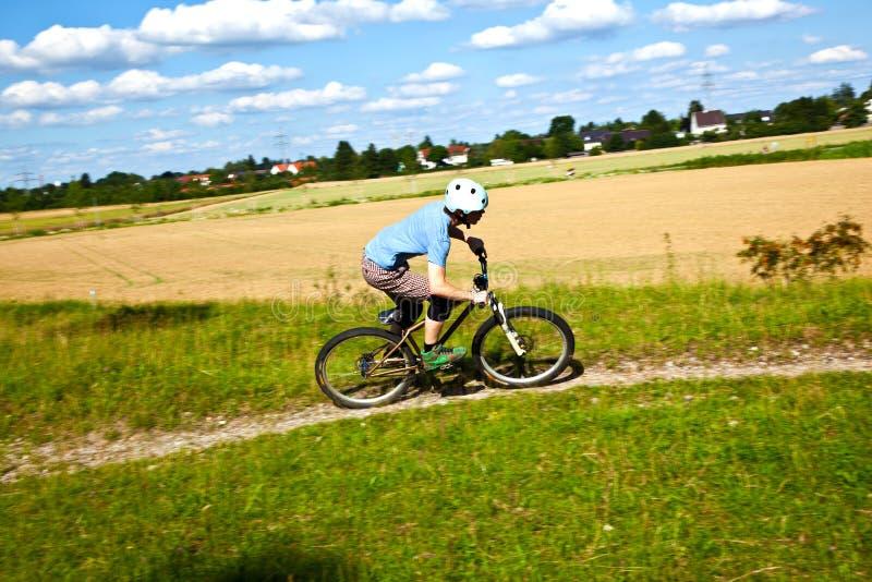 Garçon de l'adolescence faisant un cycle avec son vélo de moutain photo stock