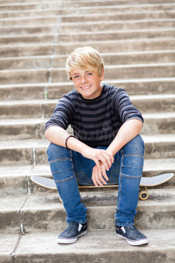 Garçon de l'adolescence heureux images libres de droits