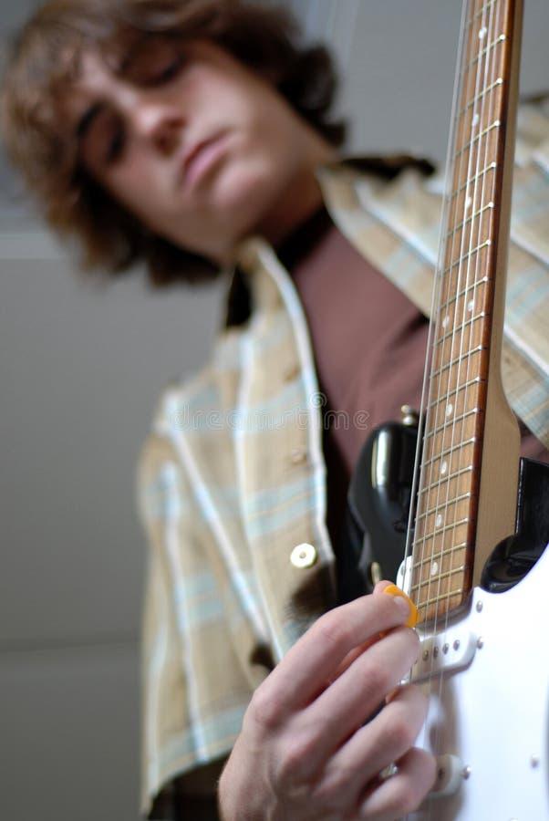 Garçon de l'adolescence jouant la guitare photos libres de droits