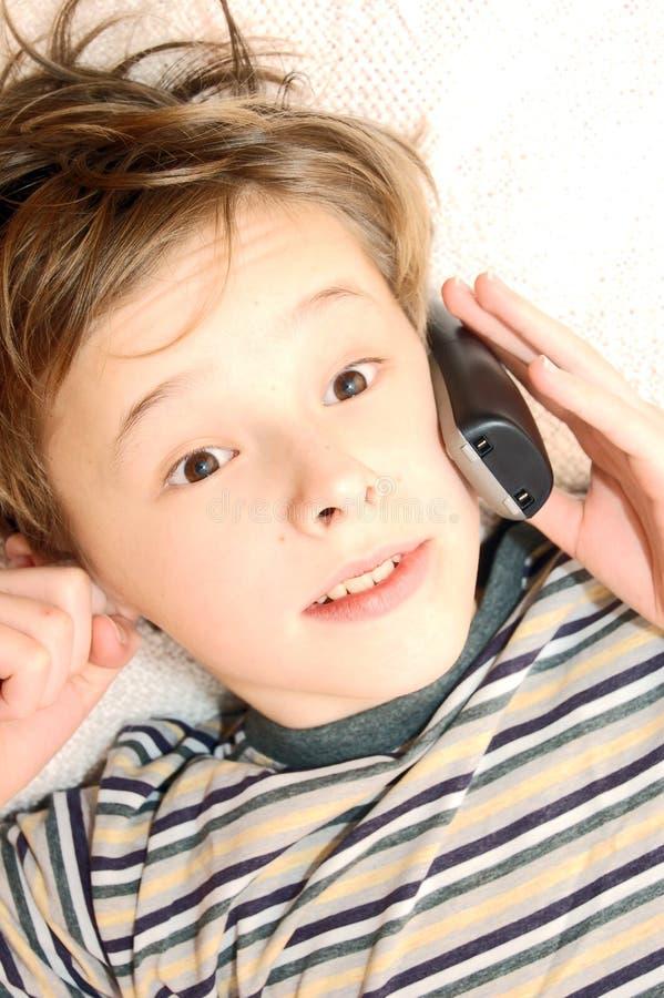 Garçon de l'adolescence parlant sur le téléphone portable images libres de droits