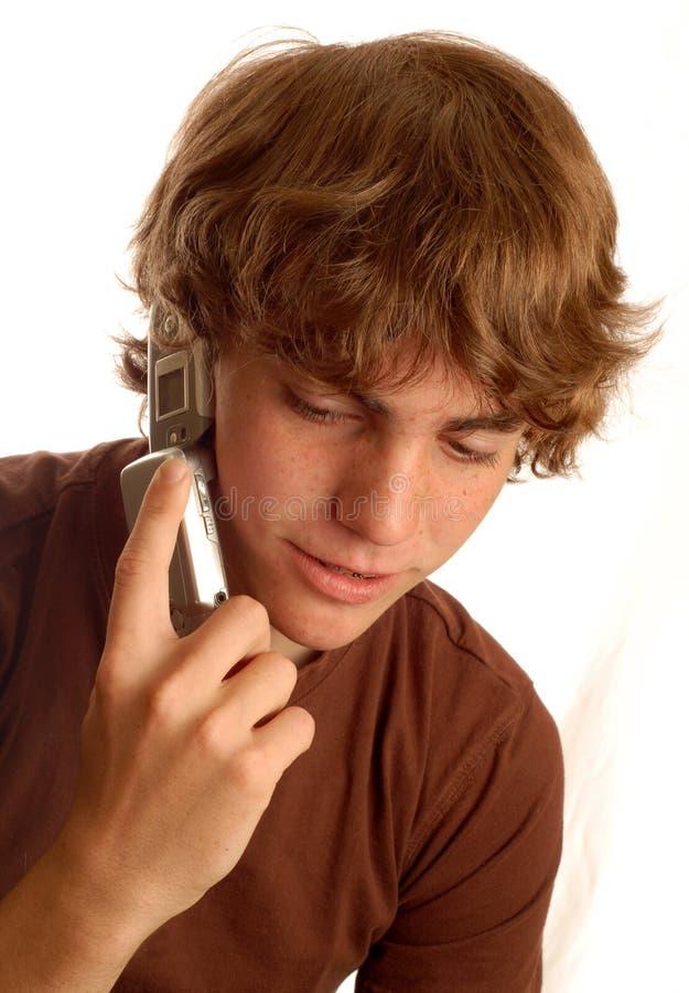 Garçon de l'adolescence parlant sur le téléphone portable photographie stock libre de droits