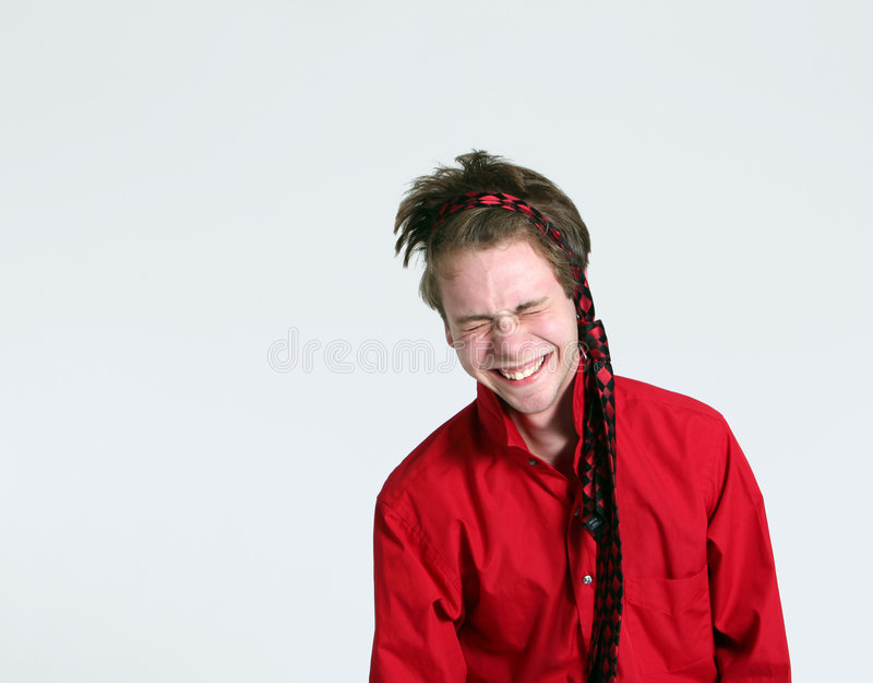 Garçon de l'adolescence riant avec la relation étroite autour de la tête photos libres de droits