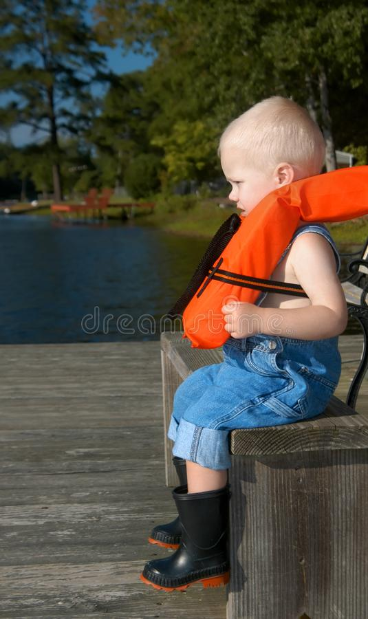 Garçon de l'Alabama attendant pour aller pêcher images stock