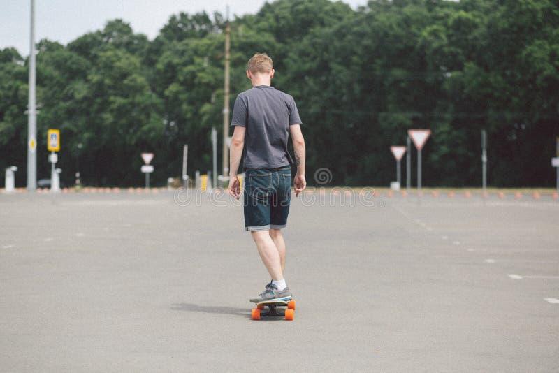 Garçon de longboard de route de sport de patin image stock
