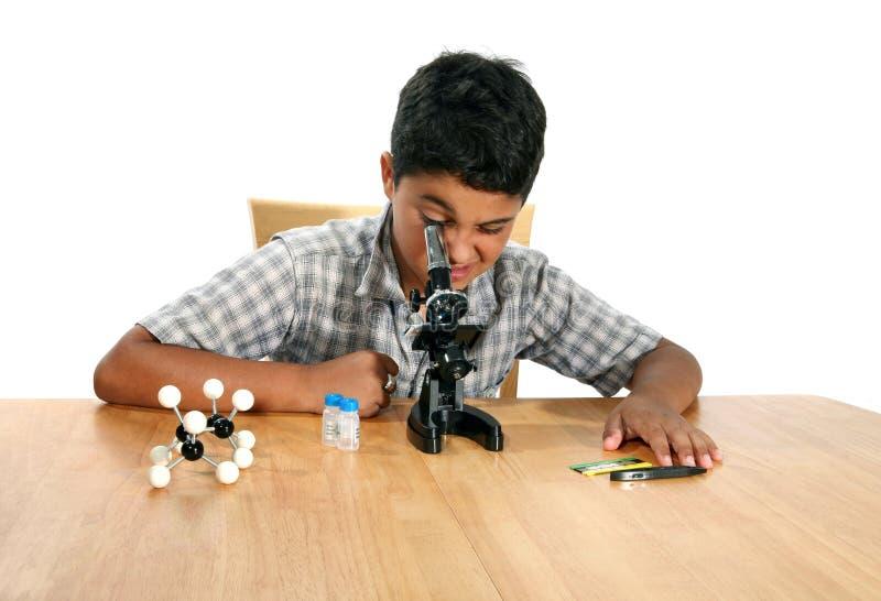 Garçon de microscope photos stock