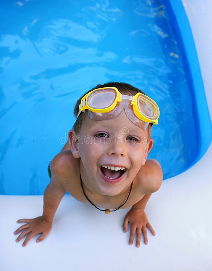 Garçon de natation image stock