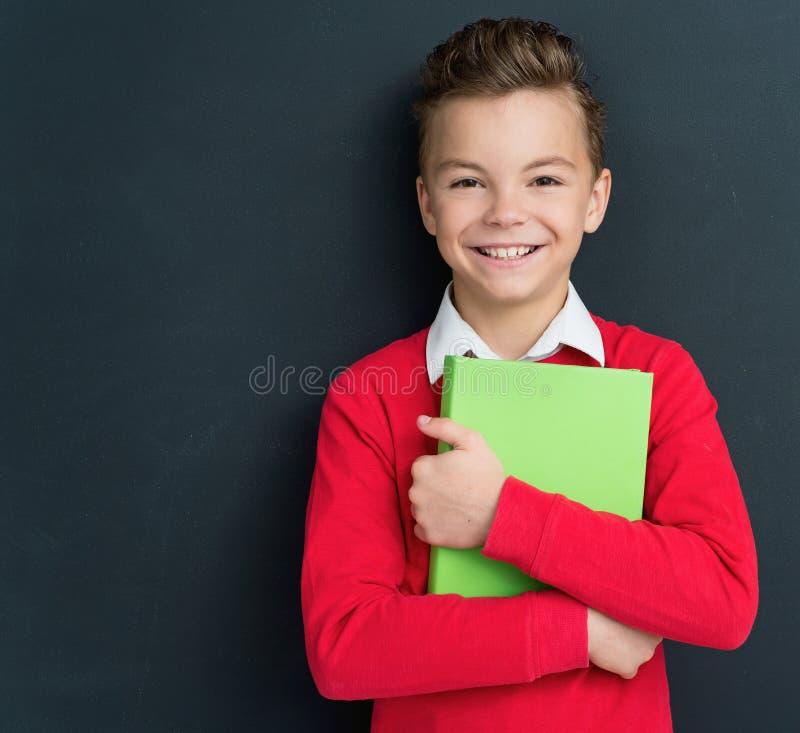 Garçon de nouveau à l'école photo libre de droits
