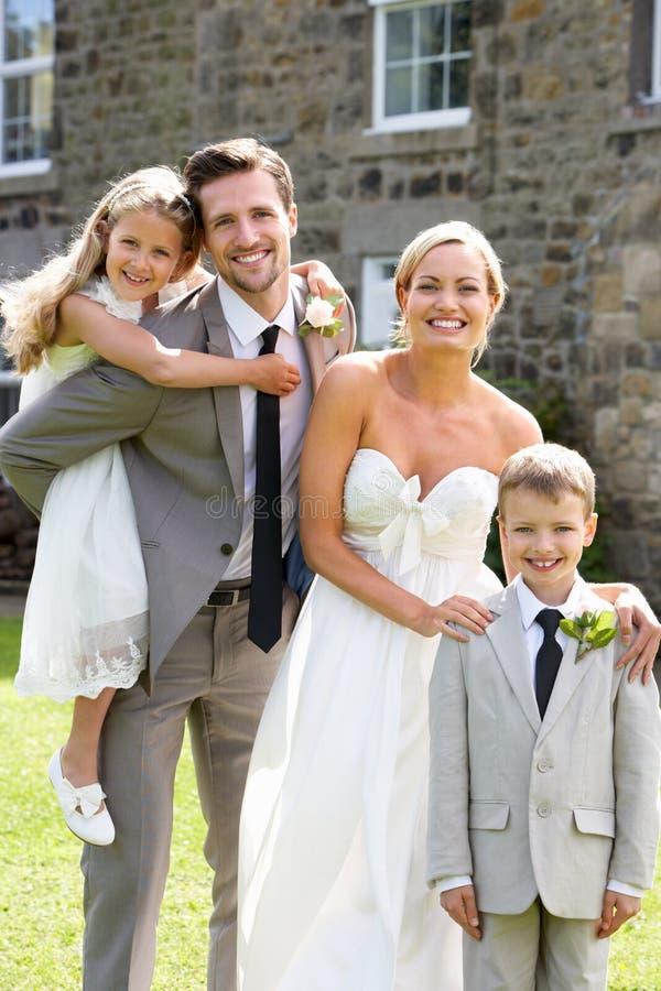 Garçon de page de With Bridesmaid And de jeunes mariés au mariage photo libre de droits