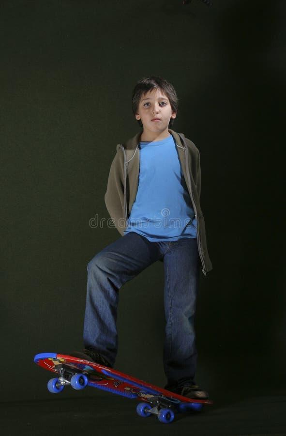Garçon de patineur avec une assiette fraîche. Type grunge photos stock