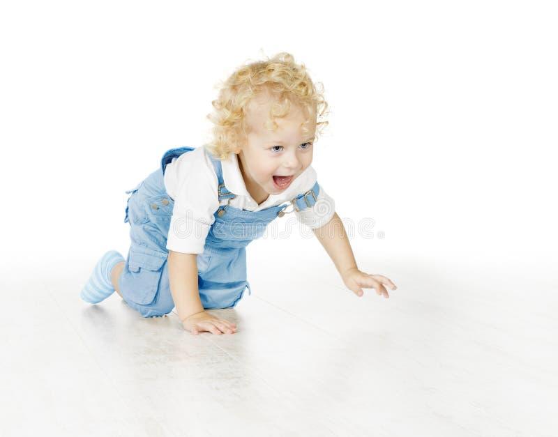 Garçon de petit enfant rampant, enfant de bébé d'isolement au-dessus de Backgrou blanc photo libre de droits