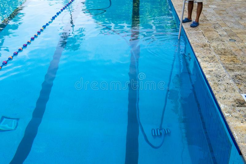 Garçon de piscine, propre, nettoyage photo stock