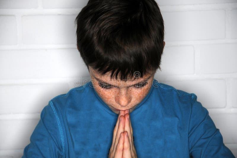 Garçon de prière image libre de droits