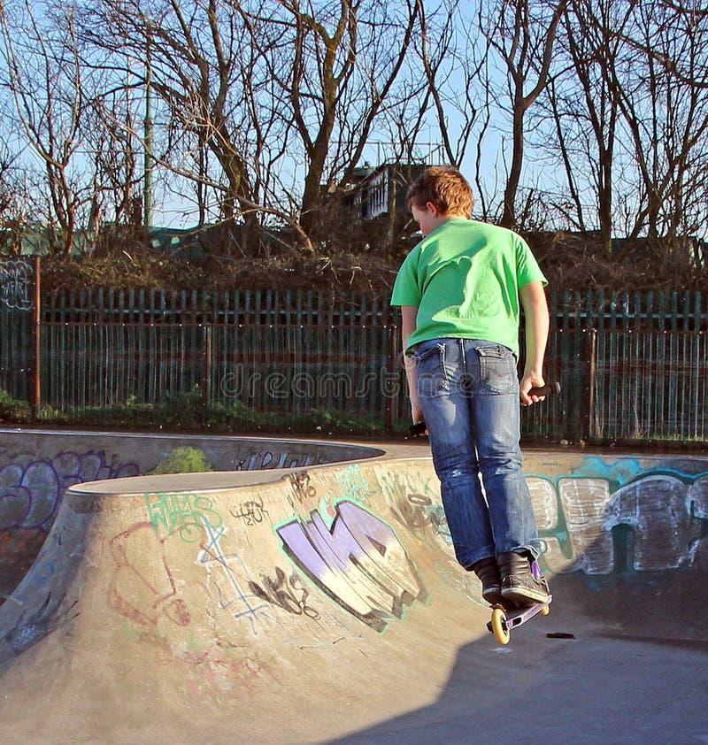 Garçon de scooter de patineur au parc image stock