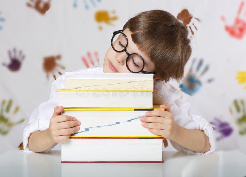 Garçon de sept années avec des livres De nouveau à l'école photo stock